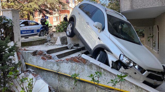 Bakırköy'de cipin binanın bahçesine düştüğü anlar güvenlik kamerasında