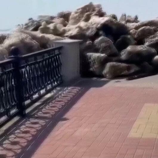Rusyada buz kütlelerinin kıyıya vurma anı kamerada