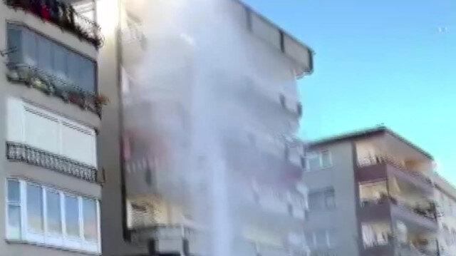 İSKİ'nin çalışma yaptığı bölgede su borusu patladı: Borudan fışkıran sular apartman boyuna ulaştı