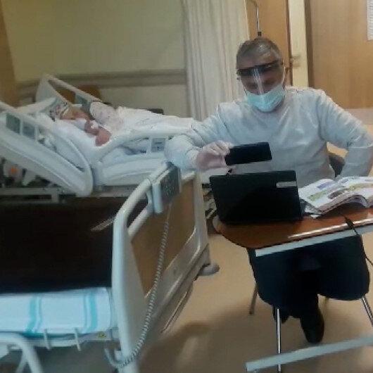 Hasta annesinin yanında refakatçi olarak kalan Mustafa öğretmen, hastane odasını sınıfa çevirdi