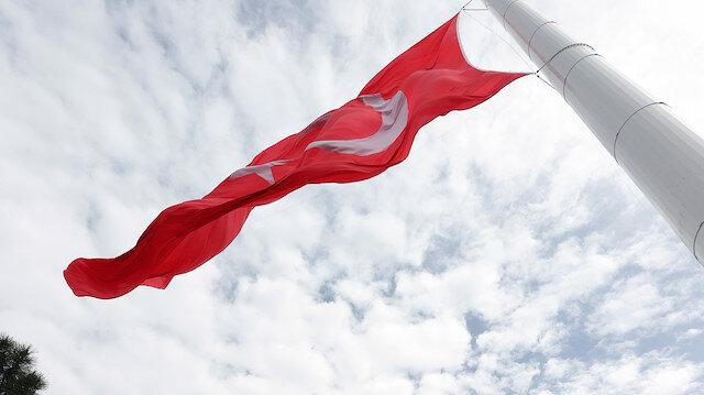 Türkiye'nin en büyük bayrağı Erdoğan'ın katılımıyla göndere çekildi