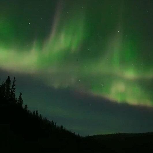 Alaskada Kuzey Işıklarının gökyüzündeki büyüleyici dansı kamerada