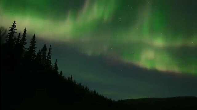 Alaska'da Kuzey Işıkları'nın gökyüzündeki büyüleyici dansı kamerada