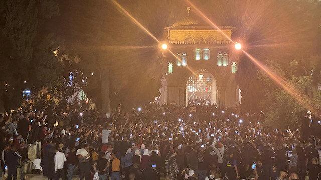 Mescid-i Aksa'da binlerce Filistinli, ibadet edenlere saldıran İsrail'i protesto etti