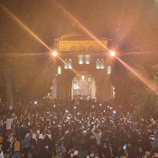 Mescid-i Aksada binlerce Filistinli, ibadet edenlere saldıran İsraili protesto etti