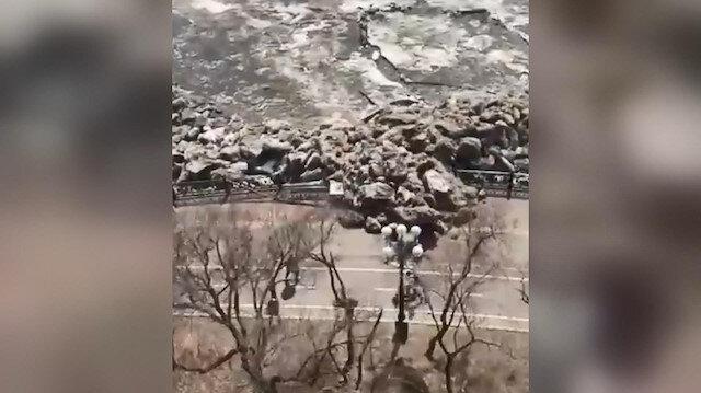 Rusya'da buz tsunamisi: Parmaklıkları kıran buz kütleleri sahildeki insanları korkuttu