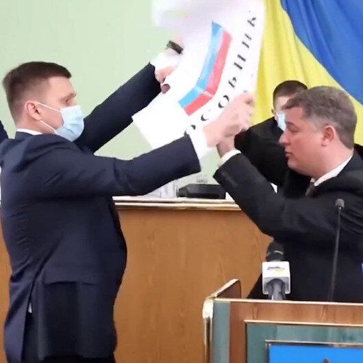 Ukraynada meclis toplantısında ortalık karıştı: Rus bayrağını boynuna asmaya çalıştı