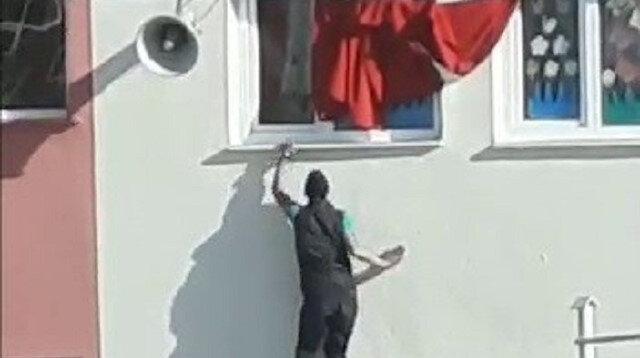 Yozgatlı gençlerin bayrak sevgisi: Katlanan bayrağı düzeltmek için kendilerini tehlikeye attılar
