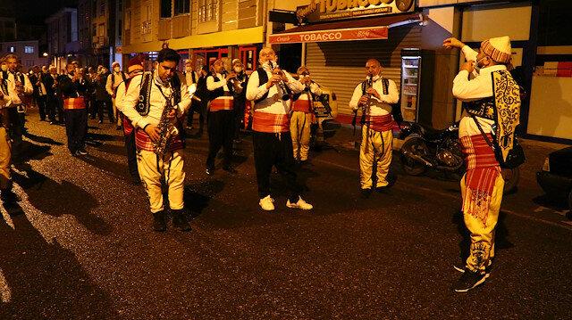 Bu da sahur bandosu ordusu: 120 kişilik bando ekibi sahur için sokağa indi