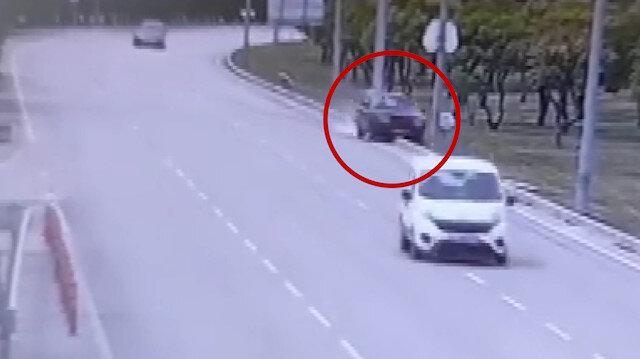 Kontrolden çıkıp direğe çarpan otomobil ortadan ikiye ayrıldı
