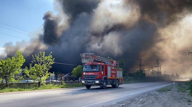 Osmaniye'de geri dönüşüm fabrikasından çıkan yangının dumanı gökyüzünü kapladı