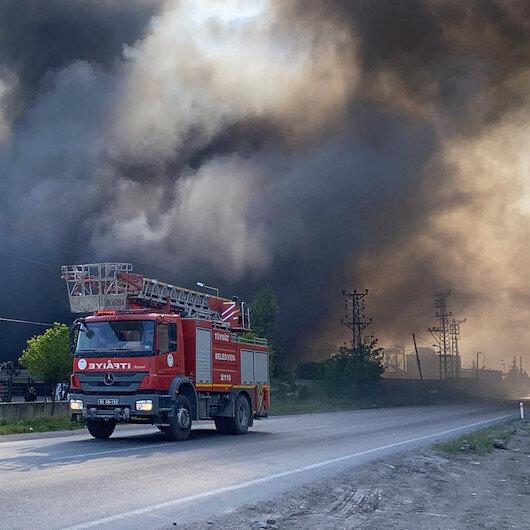 Osmaniyede geri dönüşüm fabrikasından çıkan yangının dumanı gökyüzünü kapladı