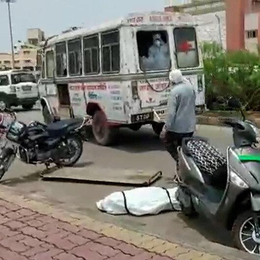 Hindistanda koronavirüs hastasının cesedi ambulanstan düştü