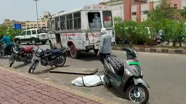 Hindistan'da koronavirüs hastasının cesedi ambulanstan düştü