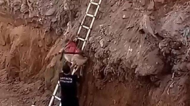 İnşaat için kazılan çukura düşen köpek itfaiye operasyonuyla kurtarıldı