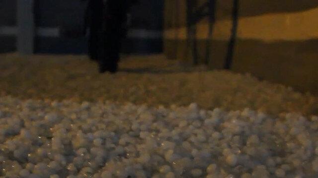 Afyonkarahisar'da etkili olan dolu yağışı caddeleri beyaza bürüdü