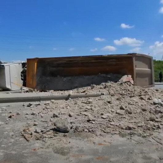 Sultangazi'de viraja hızlı giren hafriyat kamyonu devrildi