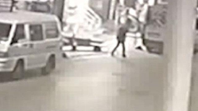 Sultangazi'de otomobile silahlı saldırı kamerada