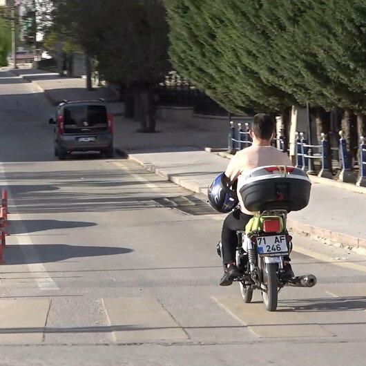 Kırıkkalede motosiklet sürücüsü kaskı başına değil koluna taktı