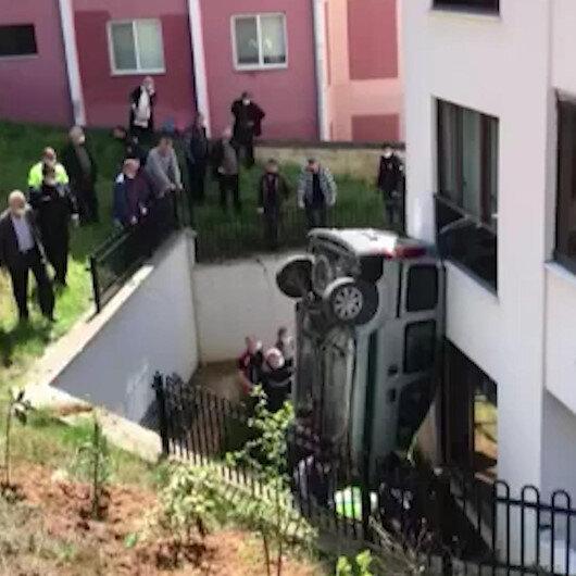Düzcede trafik kazasında yoldan çıkan araç apartman boşluğuna düştü: 2 yaralı