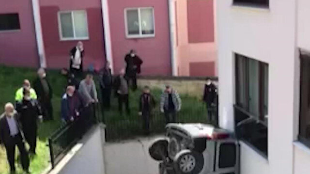 Düzce'de trafik kazasında yoldan çıkan araç apartman boşluğuna düştü: 2 yaralı