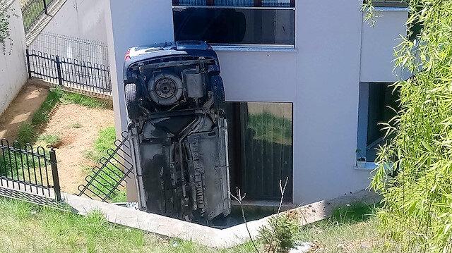 Düzce'de apartmanın bahçesine uçan otomobil, bina duvarına çarparak dik durdu