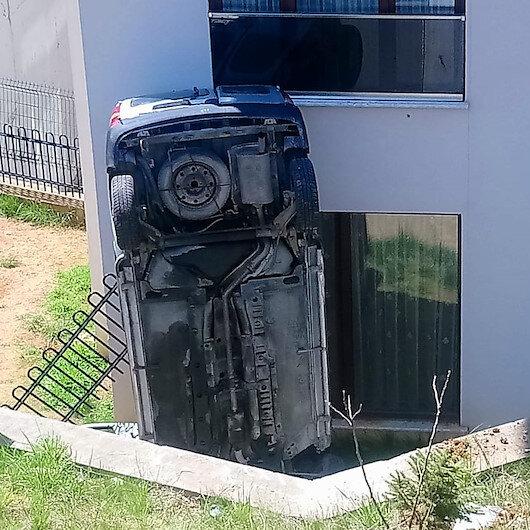 Düzcede apartmanın bahçesine uçan otomobil, bina duvarına çarparak dik durdu