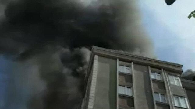 Bağcılar'da 6 katlı bir binanın çatısı alev alev yanıyor