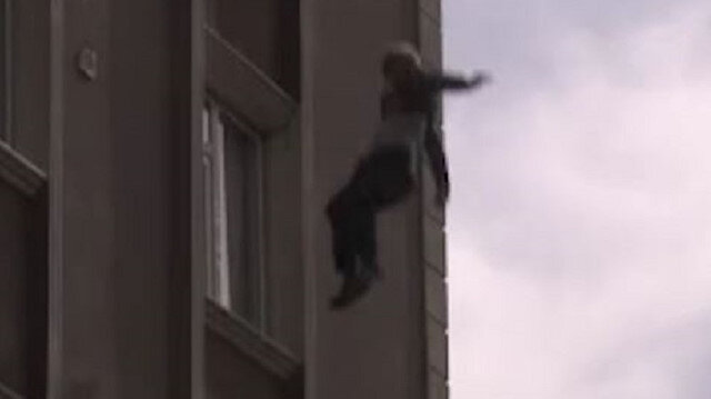 Bağcılar'da yangında can pazarı: Çatıda mahsur kalan vatandaş aşağı böyle atladı