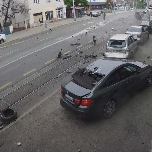 Hırvatistanın başkenti Zagrebde kontrolden çıkan araç park halindeki otomobillere çarptı, yayalar kıl payı kurtuldu