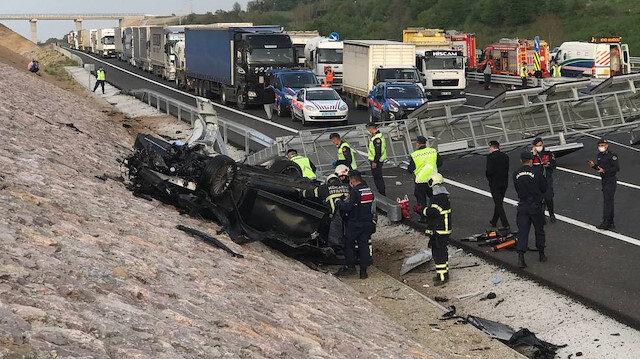 Kazakistan konsolosluğuna ait otomobil direğe çarptı: 3 kişi hayatını kaybetti