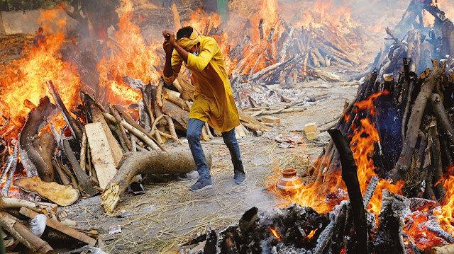 Hindistan'da felaket görüntüleri: Cenazeler sokaklarda yakılıyor!