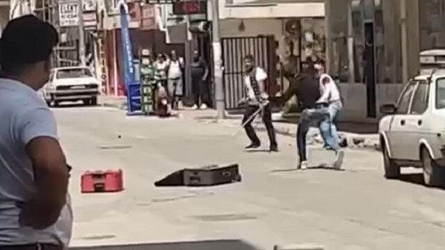Antalya'da sokak ortasında taşlı sopalı kavga kamerada