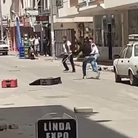 Antalyada sokak ortasında taşlı sopalı kavga kamerada