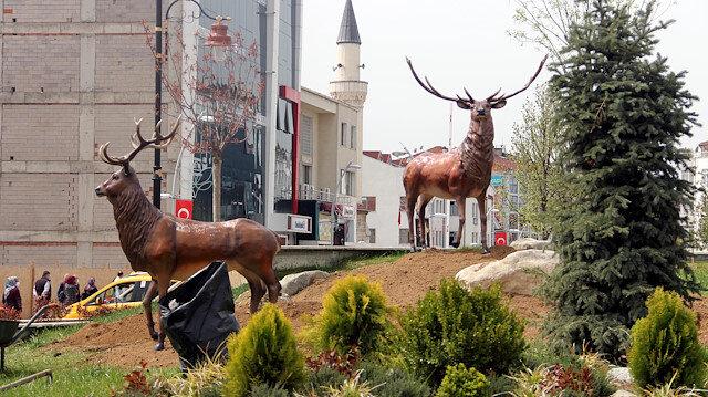 Ayı tepki çekince geyik diktiler: Bolu'da CHP'li belediyeden yeni heykel