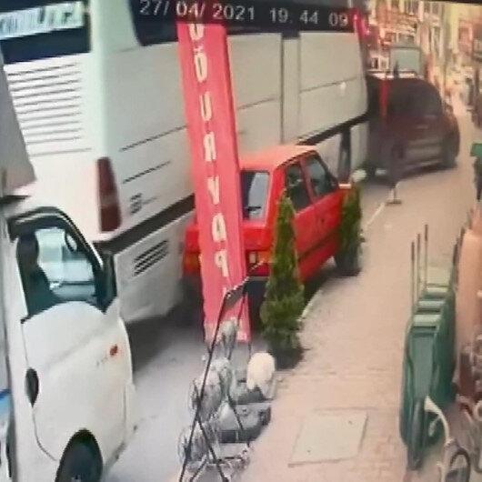 Esenyurta yolcu otobüsünün 5 araca çarpma anı kamerada