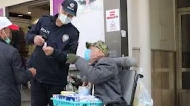 Aracının aküsü biten engelli satıcının yardımına polis ve belediye ekibi koştu