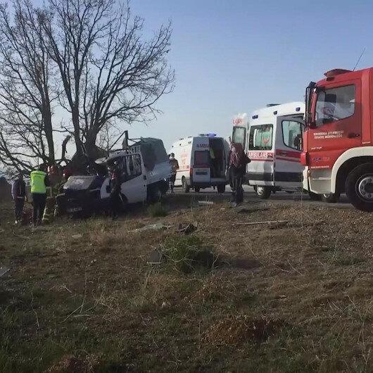 Kırıkkalede kontrolden çıkan kamyonet ağaca çarptı: 1 ölü, 1i bebek 2 yaralı