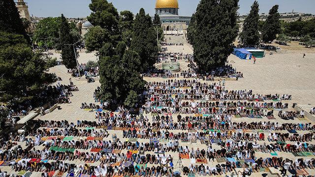 İsrail'in baskısına rağmen Filistinliler Mescid-i Aksa'ya akın etti: Ramazanın üçüncü cumasına 60 bin kişi katıldı