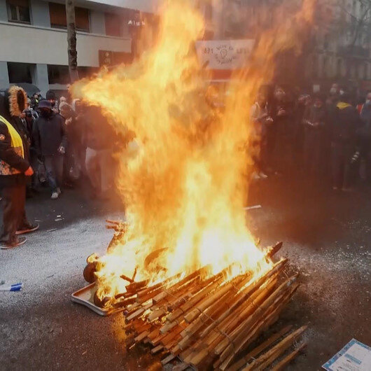 Fransada 1 Mayıs şiddetli geçti: Eylemciler sokak ortasında ateş yaktı