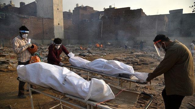 Hindistan'da rekor ölüm: Bir günde 3 bin 689 kişi hayatını kaybetti