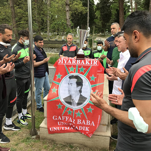 Diyarbekirsporlu futbolculardan Gaffar Okkanın kabrine ziyaret