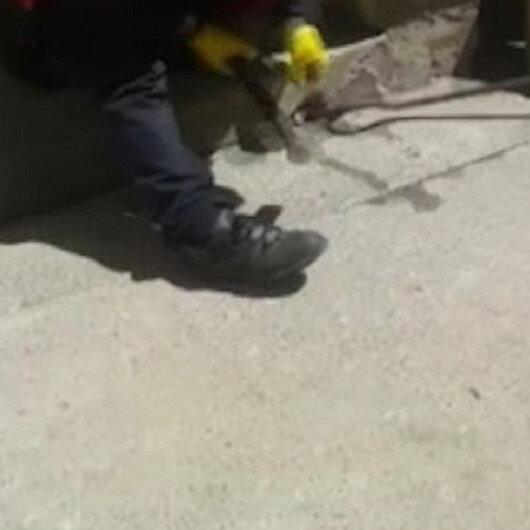 Bingölde kediden kaçarken su giderine sıkışan kargayı itfaiye ekipleri kurtardı