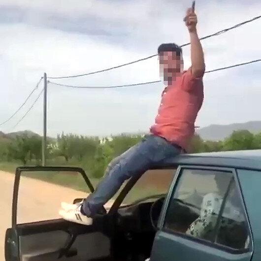 Antalyada pes dedirten görüntüler: Aracının tavanına oturarak yolculuk etti