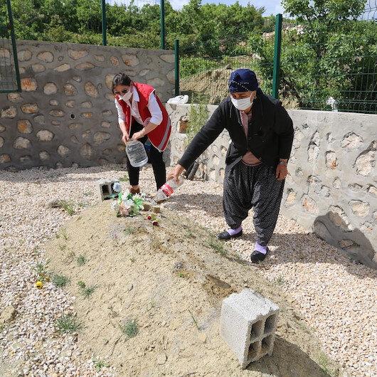 Vefa ekipleri Fidan nineyi kırmadı: Onu eşinin mezarına götürdü