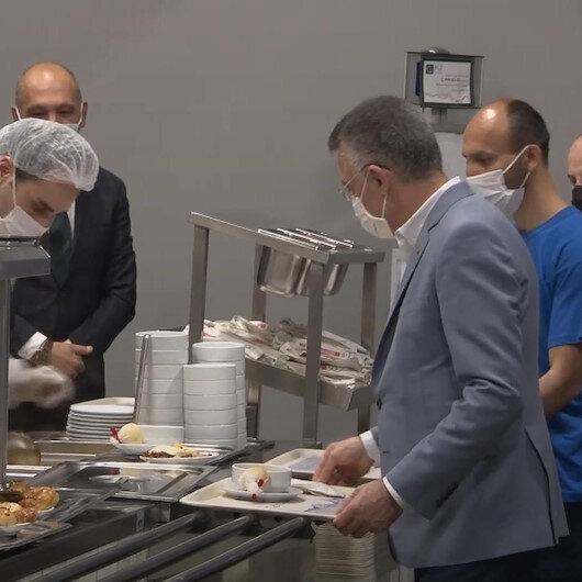 Cumhurbaşkanı Yardımcısı Fuat Oktay, Ankarada bir fabrikayı ziyaret ederek işçilerle birlikte sahur yaptı