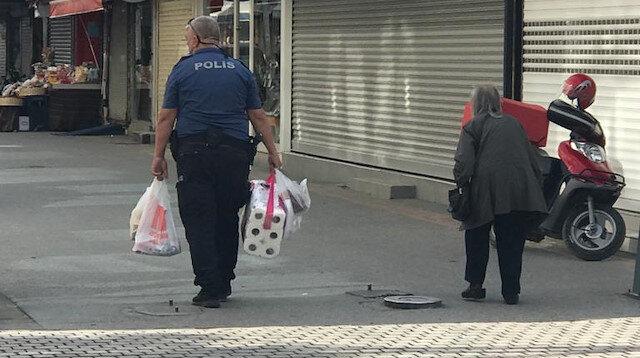 Polis yaşlı kadının market poşetlerini evine kadar taşıdı