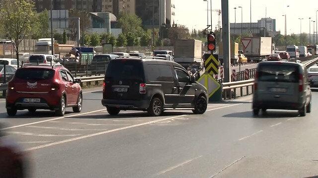 Ters yönde geri giden araçların trafiği tehlikeye soktuğu anlar