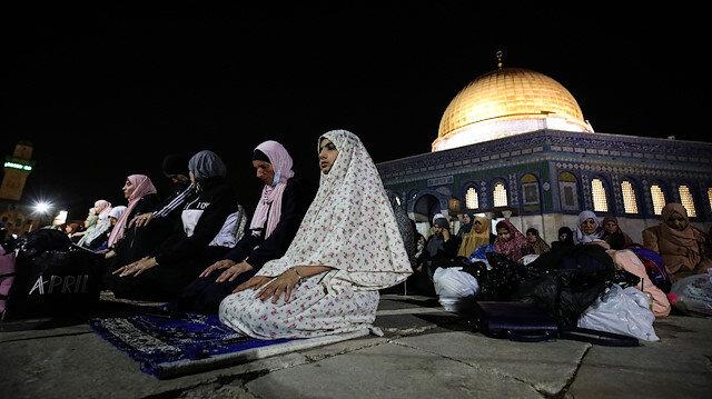 Kudüs'te ramazan sevinci: Binlerce Müslüman teravihi Mescid-i Aksa'nın bahçesinde kıldı
