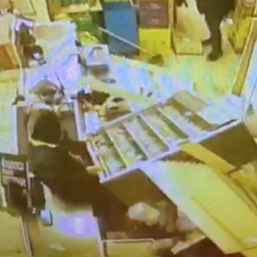 Hırsızlık için girdiği markette sigara standı üstüne devrildi